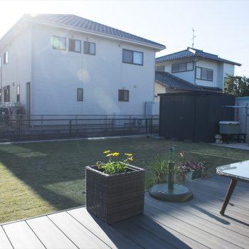 天然芝を貼りつめウッドデッキを設置