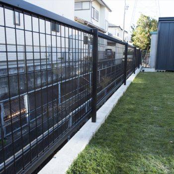 庭の開放感を損なわない低いフェンス